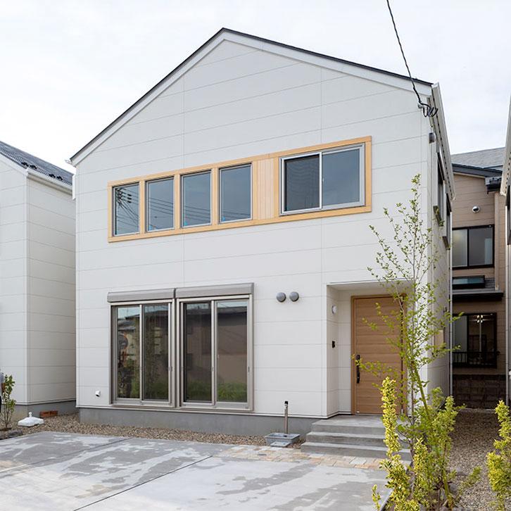 谷知沖にある三角屋根が特徴的なお家